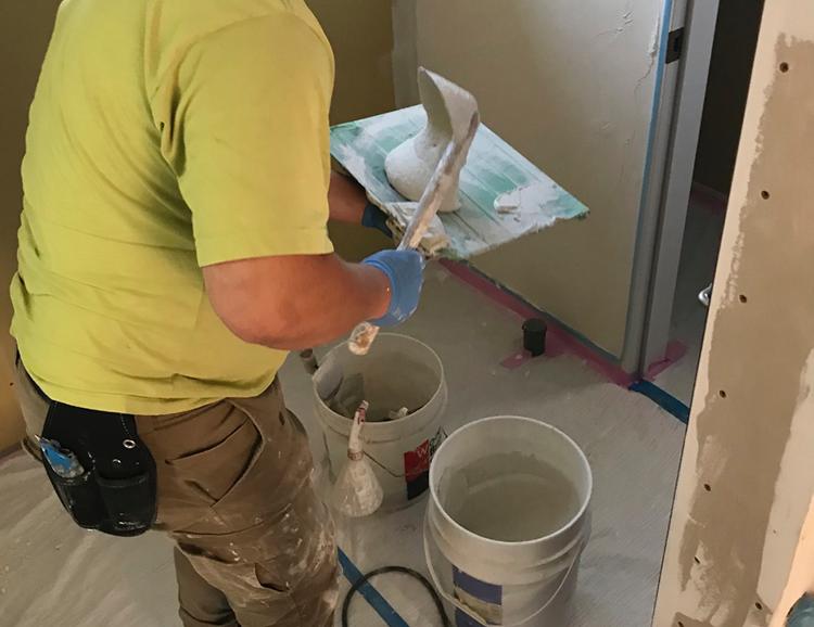 江戸川区で自然素材の注文住宅を建てるニットー住宅 天然素材の漆喰を練る