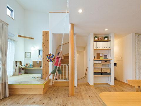 江戸川区で自然素材の注文住宅を建てるニットー住宅リビングに備え付けられた造作収納と和室コーナー空間