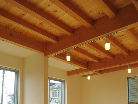 江戸川区で自然素材の注文住宅を建てるニットー住宅 木の目が美しい梁がそのまま空間のデザインとなる現し天井