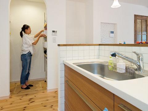 江戸川区で自然素材の注文住宅を建てるニットー住宅 キッチンからすぐ横に買いだめも十分対応できるパントリースペース