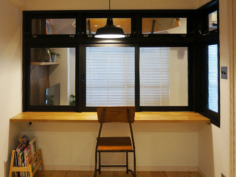 江戸川区で自然素材の注文住宅を建てるニットー住宅 リビング横にガラス窓で仕切った書斎スペースを配置