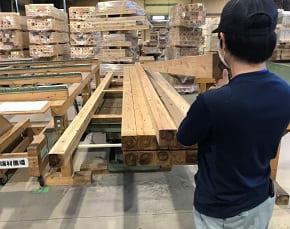 江戸川区で自然素材の注文住宅を建てるニットー住宅 人の目でしっかりと構造材を見極める