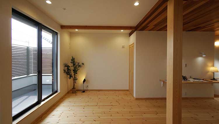 江戸川区で自然素材の注文住宅を建てるニットー住宅 天井の切り替えのあるリビング