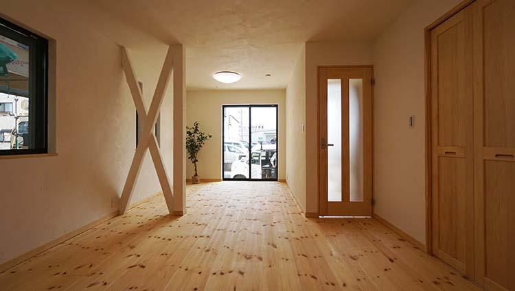 江戸川区で自然素材の注文住宅を建てるニットー住宅 構造が見えるリビング