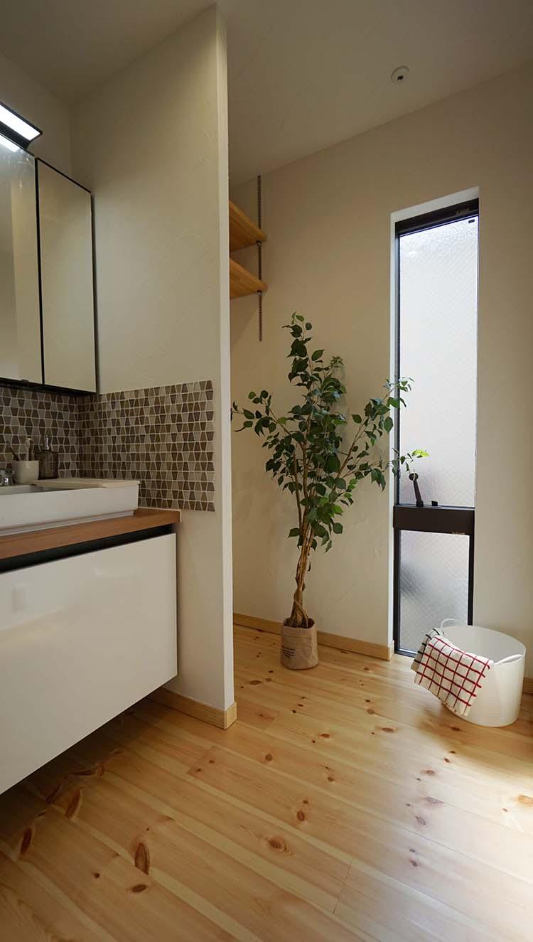 江戸川区で自然素材の注文住宅を建てるニットー住宅 タイルアクセントの洗面室
