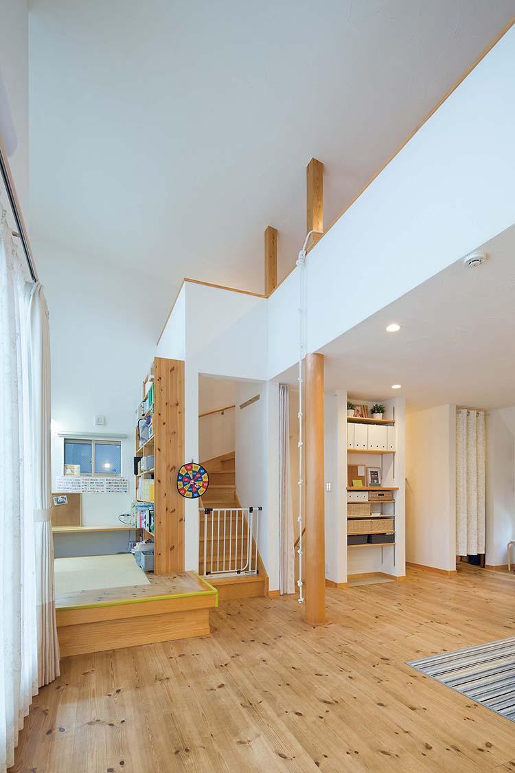 江戸川区で自然素材の注文住宅を建てるニットー住宅 柱と吹き抜け・収納計画に優れたリビング