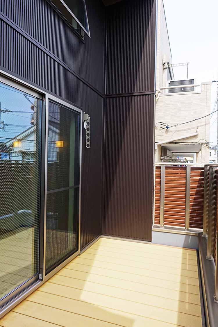 江戸川区で自然素材の注文住宅を建てるニットー住宅 プライバシー性の高いウッドデッキのある家事スペース