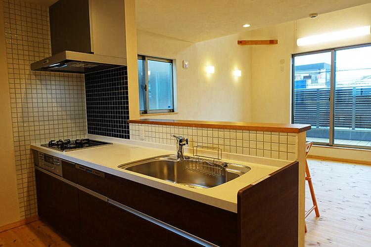 江戸川区で自然素材の注文住宅を建てるニットー住宅 タイル張りのかわいいキッチン