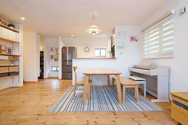 江戸川区で自然素材の注文住宅を建てるニットー住宅 いろいろな生活シーンが想定されたダイニング