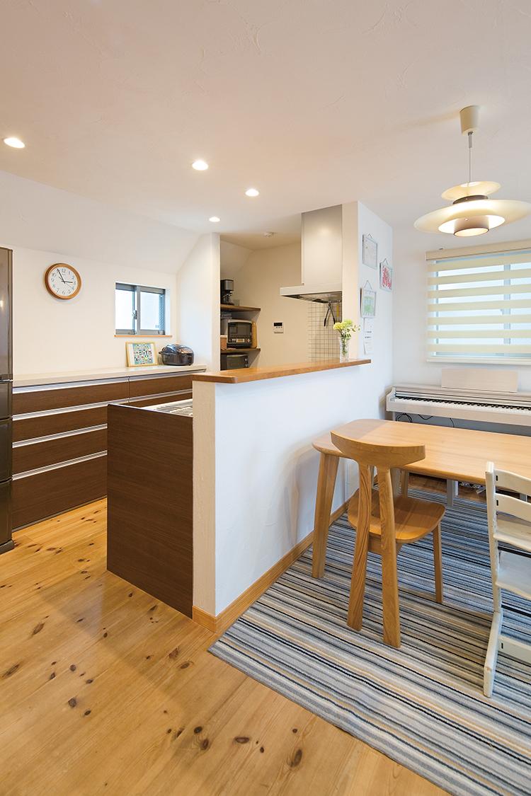 江戸川区で自然素材の注文住宅を建てるニットー住宅 家族のコミュニケーションが育まれるダイニング