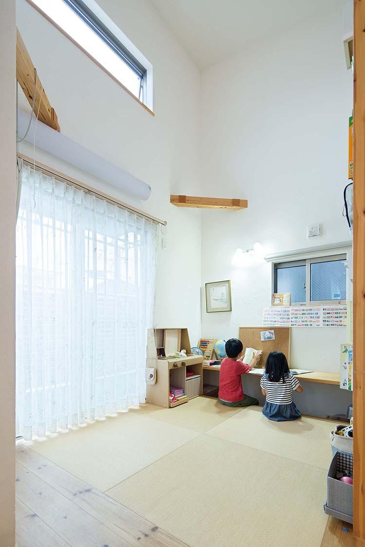 江戸川区で自然素材の注文住宅を建てるニットー住宅 子どもたちが自然と机に向かってくれる和室コーナー