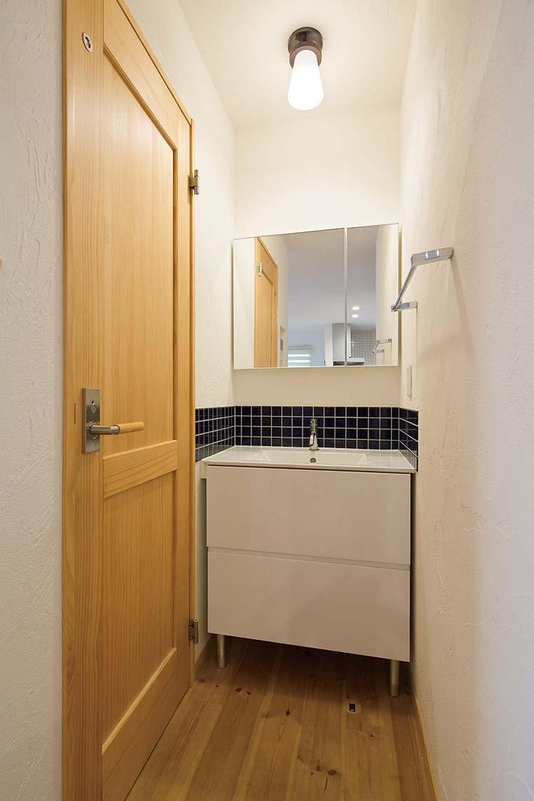 江戸川区で自然素材の注文住宅を建てるニットー住宅 タイルアクセントの洗面台
