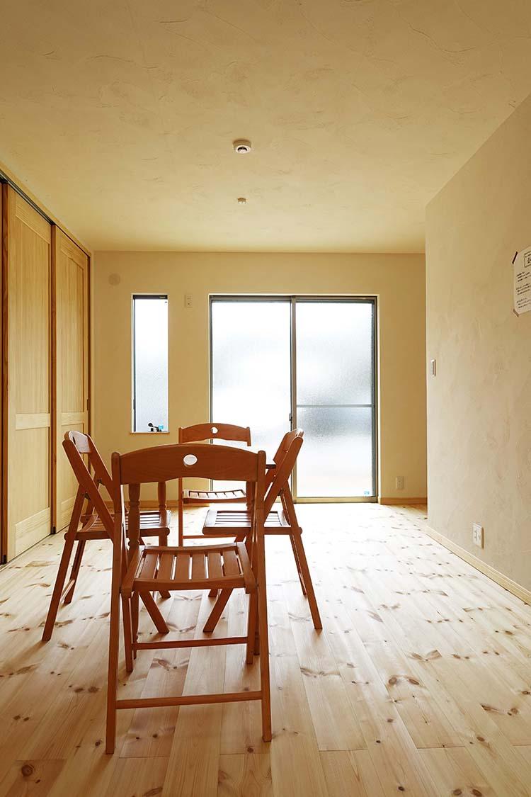 江戸川区で自然素材の注文住宅を建てるニットー住宅 光がしっかりと入るリビング