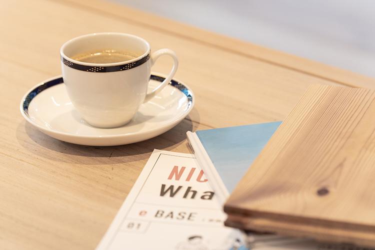 江戸川区で自然素材の注文住宅を建てるニットー住宅 天然木の椅子とテーブル、淹れたてのコーヒーでおもてなし
