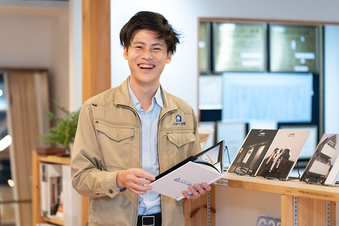 江戸川区で注文住宅を建てる工務店の株式会社ニットー住宅の三宅隆太の笑みです。