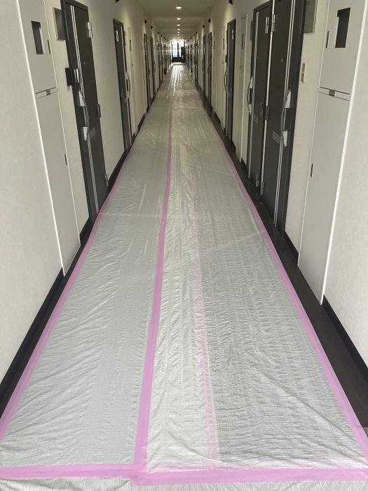 無垢と漆喰をふんだんに使用する注文住宅を得意とする工務店ニットー住宅 長い廊下の養生