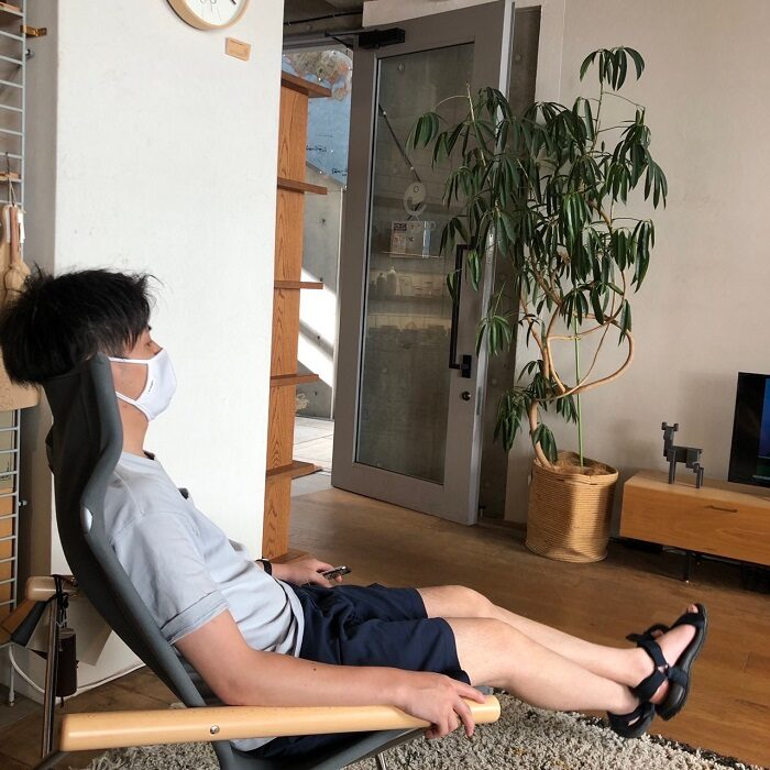 江戸川区で自然素材を使用した注文住宅を建てる工務店の株式会社ニットー住宅の三宅が座る